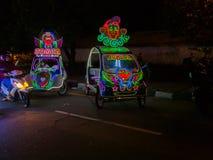 JOGJA, INDONESIA - 12 de agosto, 2O17: Un parket tradicional del transporte del pedicap en al aire libre con las luces coloridas  Fotografía de archivo