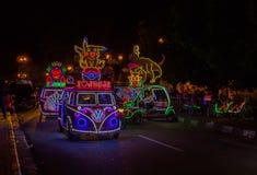 JOGJA, INDONESIA - 12 de agosto, 2O17: Un parket tradicional del transporte del pedicap en al aire libre con las luces coloridas  Imagen de archivo