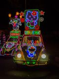 JOGJA, INDONESIA - 12 de agosto, 2O17: Un parket tradicional del transporte del pedicap en al aire libre con las luces coloridas  Imágenes de archivo libres de regalías