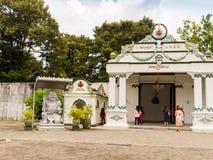 JOGJA, INDONESIA - 12 de agosto, 2O17: Vista al aire libre de un templo alrededor de una ciudad pobre en el jogja Yogyakarta Indo Imagen de archivo