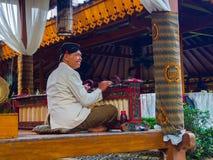 JOGJA, INDONESIEN - 12. August, 2O17: Die Künstlermusiker, die traditionelles Musikinstrument durchführen, nannten Jegog Suar Agu Lizenzfreie Stockfotografie