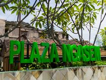 JOGJA, INDONESIEN - 12. August, 2O17: Enormes informatives Zeichen mit Bigrünbuchstaben an der Piazza Wisnu, GWK-Park, Bali Stockfotografie