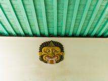 JOGJA INDONESIEN - AUGUSTI 12, 2O17: Övre sikt för slut av en indonesisk maskering som hänger i en vit vägg i Taman sarivatten Arkivfoto
