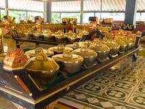 JOGJA INDONEZJA, SIERPIEŃ, - 12, 2O17: Salowy widok złoci garnki acomodated z rzędu wśrodku budynku przy Taman sari Fotografia Royalty Free