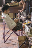 Jogjakarta, Индонезия - 8-ое марта 2016: Актер Reza Rahadian отдыхая во время стрельбы кино Rudy Habibie 8-ого марта 2016 внутри Стоковые Изображения RF