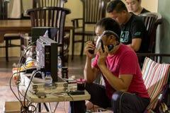 Jogjakarta, Индонезия - 8-ое марта 2016: Заказы givin директора Hanung Bramantyo к сцене пока наблюдающ dur мониторов телевизионн Стоковое Изображение