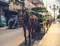 Jogjakarta, Indonesia march23, 2019: un tassista con i turisti aspettanti di un cavallo intorno alla citt? fotografia stock