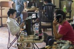 Jogjakarta, Indonesia - 8 marzo 2016: Il direttore Hanung Bramantyo ed attore di riposo Reza Rahadian che guarda i monitor della  fotografie stock