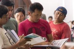 Jogjakarta, Indonesien - 8. März 2016: Der Direktor Hanung Bramantyo liest das Szenario während des Schießens des Films Rudy Habi lizenzfreie stockbilder
