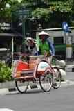Jogjakarta, Indonesien march23, 2019: gebrechliche Rikscha, die jede Stra?enecke in Malioboro Yogyakarta erforscht lizenzfreie stockbilder
