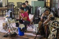 Jogjakarta Indonesien - mars 8, 2016: Direktören Hanung Bramantyo och portiondirektören Faozan Rizal håller ögonen på kamerabilds Arkivbilder