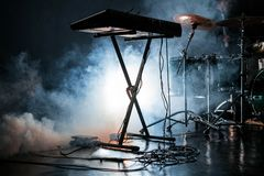 Jogo bonde do piano e do cilindro no estúdio fumarento escuro Fotografia de Stock Royalty Free