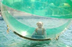 Jogo bonito da menina na esfera inflável. Fotos de Stock