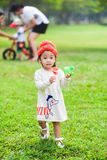 Jogo bonito dos anos de idade da menina 2-3 no jardim Imagens de Stock Royalty Free