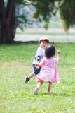 Jogo bonito dos anos de idade do menino e da menina 2-3 no jardim Imagens de Stock Royalty Free
