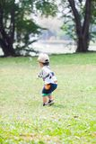 Jogo bonito dos anos de idade do menino 2-3 no jardim fotografia de stock royalty free