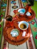 Jogo bosniano do coffe que enche-se no copo do coffe imagens de stock
