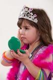 Jogo caucasiano bonito novo da menina da criança imagens de stock