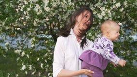 Jogo caucasiano feliz do mum com parte externa infantil bonita vídeos de arquivo