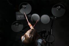 Jogo caucasiano pequeno do baterista da menina o jogo elettronic do cilindro Foto de Stock Royalty Free