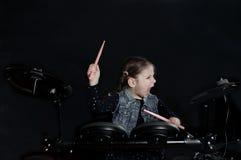 Jogo caucasiano pequeno do baterista da menina o jogo elettronic do cilindro Imagens de Stock Royalty Free