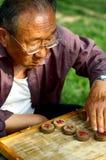 Jogo chinês velho Xiangqi do homem Fotografia de Stock Royalty Free