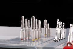 Jogo cirúrgico para o fim dental do macro do implantology acima imagens de stock