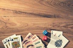 Jogo com cartões e dados de jogo na tabela de madeira Foto de Stock Royalty Free
