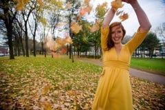 Jogo com folhas Fotografia de Stock Royalty Free
