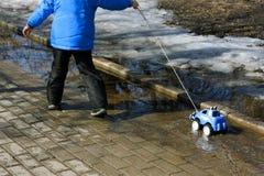 Jogo com um carro do brinquedo Imagem de Stock