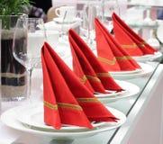 Jogo completo dos mercadorias brancos com guardanapo vermelho Fotos de Stock Royalty Free