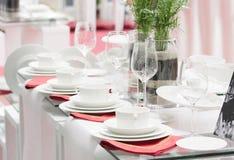 Jogo completo dos mercadorias brancos com guardanapo vermelho Foto de Stock Royalty Free