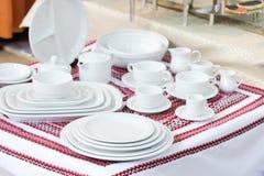 Jogo completo dos mercadorias brancos, serviço de jantar Fotografia de Stock Royalty Free