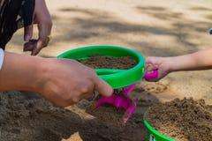 jogo da areia da mão Foto de Stock
