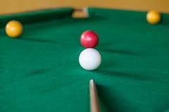 Jogo da associação na tabela verde fotos de stock royalty free