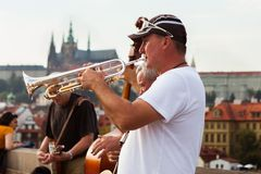 Jogo da banda de jazz na frente do castelo de Praga, checo Fotografia de Stock Royalty Free