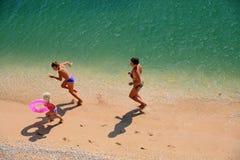 Jogo da família em uma praia imagem de stock