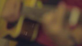 Jogo da guitarra acústica vídeos de arquivo