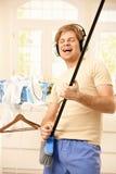 Jogo da guitarra da imitação do homem Imagens de Stock Royalty Free