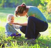 Jogo da mãe com seu bebê exterior Foto de Stock