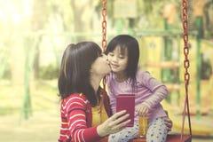 Jogo da mãe e da filha junto no campo de jogos fotografia de stock