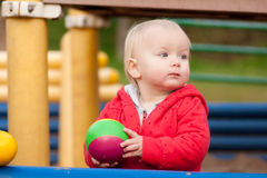 Jogo da menina com esfera de borracha Imagens de Stock Royalty Free