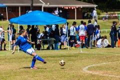 Jogo da menina do futebol do futebol Foto de Stock Royalty Free