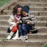 Jogo da menina e do menino exterior Fotos de Stock Royalty Free