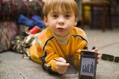 Jogo da mostra do rapaz pequeno no PPC Fotos de Stock Royalty Free