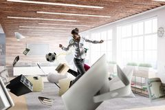 Jogo da mulher de negócio footbal no escritório foto de stock royalty free