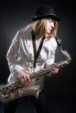 Jogo da mulher no saxofone imagens de stock