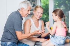 Jogo das avós com neta da menina Imagem de Stock