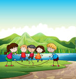 Jogo das crianças exterior perto do rio Foto de Stock Royalty Free