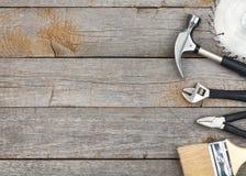 Jogo das ferramentas no fundo de madeira Fotografia de Stock Royalty Free